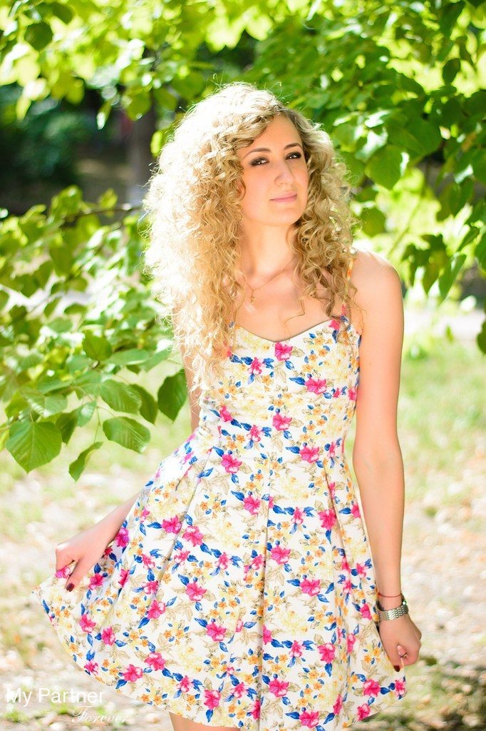 Dating Service to Meet Gorgeous Ukrainian Girl Anna from Kiev, Ukraine